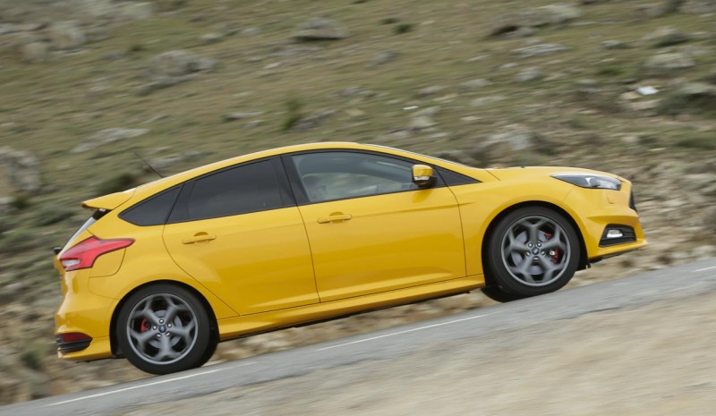 Comparison: Ford Focus ST vs Volkswagen Golf GTI Performance