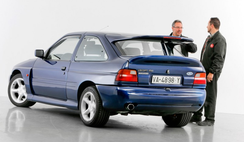 Ford Escort RS Cosworth, kilpa kadulle.