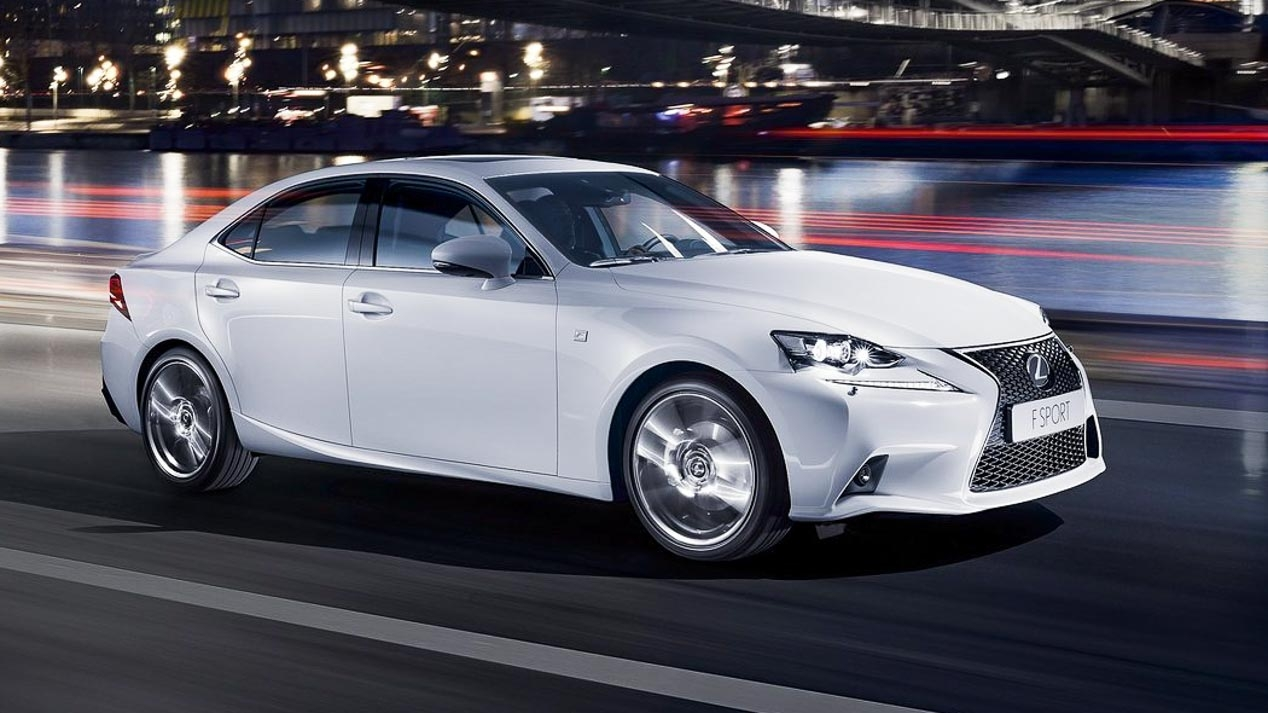 Lexus IS halv sedan